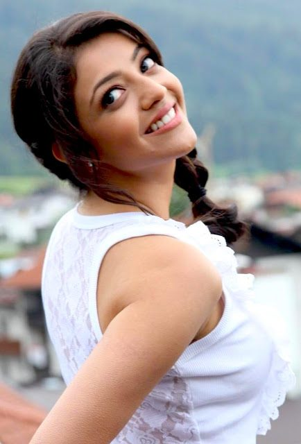 Hot actress kajal agarwal side boobs visible naked shoulder