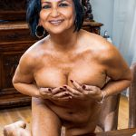 Full Nude mom Sharmila Tagore covers her nipple without dress